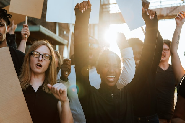 Manifestanti che combattono per i loro diritti