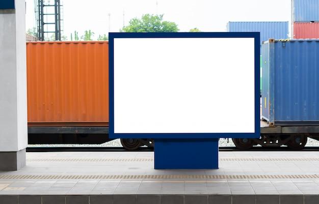 Manifesti del tabellone per le affissioni in bianco alla stazione ferroviaria.