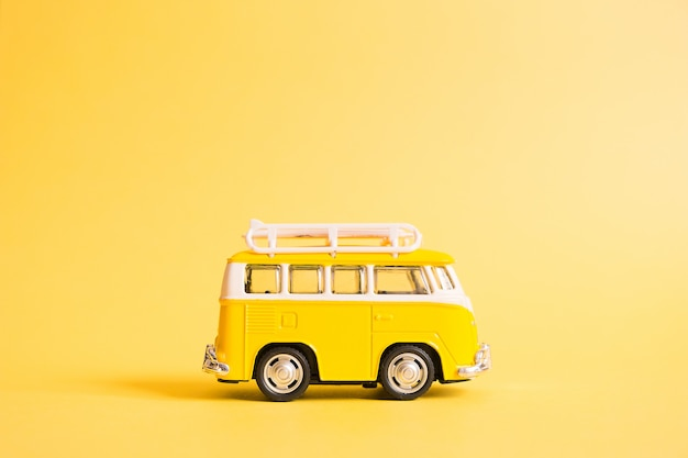 Manifesto di vacanze estive con il furgone di autobus giallo retro su giallo