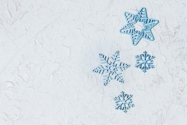 Manifesto di vendita di natale con fiocchi di neve blu su sfondo chiaro