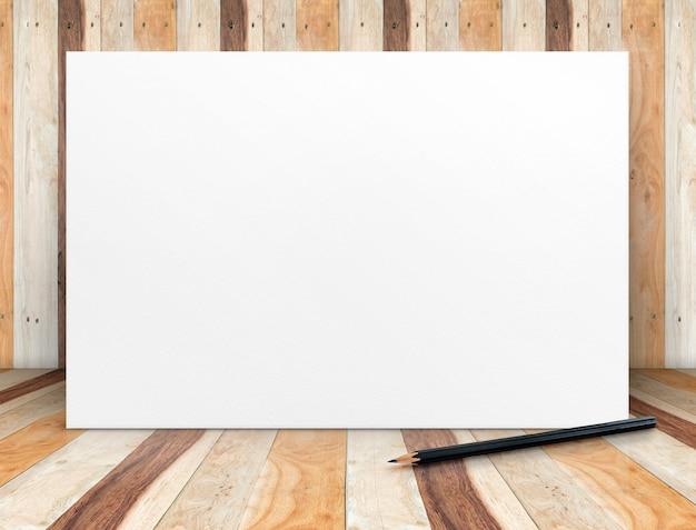 Manifesto in bianco del libro bianco con la matita alla stanza di legno della plancia
