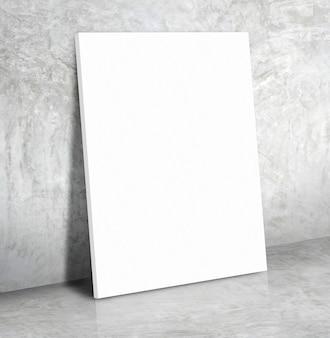 Manifesto in bianco del libro bianco sul pavimento grigio del cemento e del muro di cemento