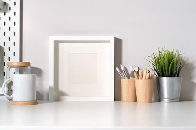Manifesto in bianco del modello sul tavolo da scrivania minimal