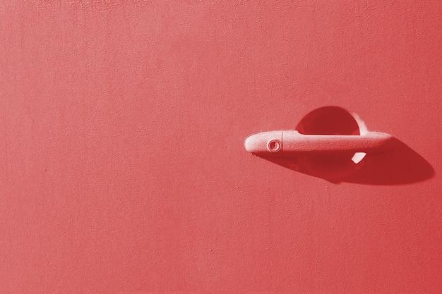 Maniglia della porta di un'auto non lavata. corallo tonico
