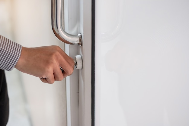 Maniglia di sblocco dell'uomo d'affari per aprire la porta in ufficio