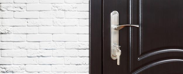 Maniglia in legno marrone scuro con serratura