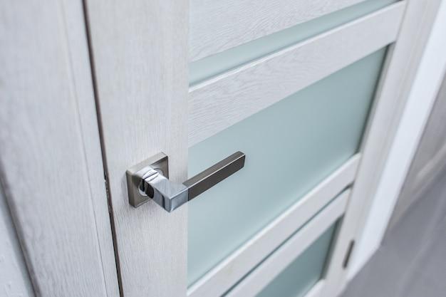 Maniglia per porta su porte bianche