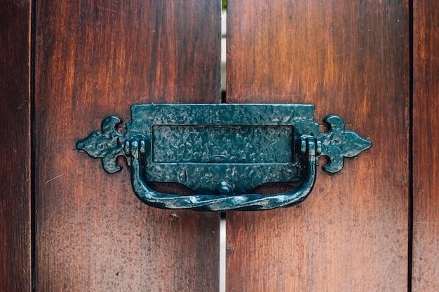 Maniglia vintage alla porta