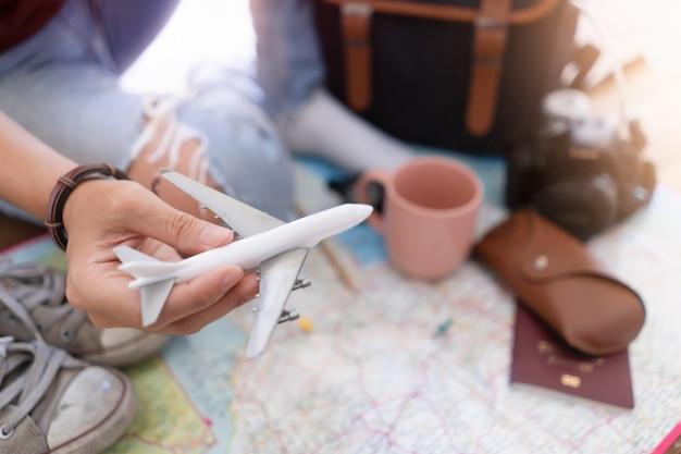 Mano a pianificare viaggi di vacanza e accessori per il viaggio