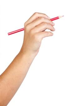 Mano caucasica con la matita rossa isolata su fondo bianco