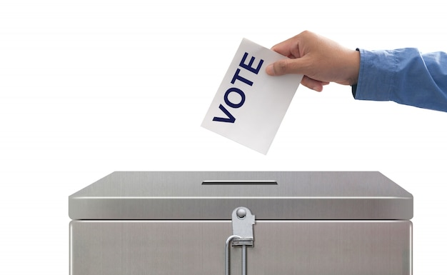 Mano che mette la carta elettorale, le elezioni e il concetto di democrazia