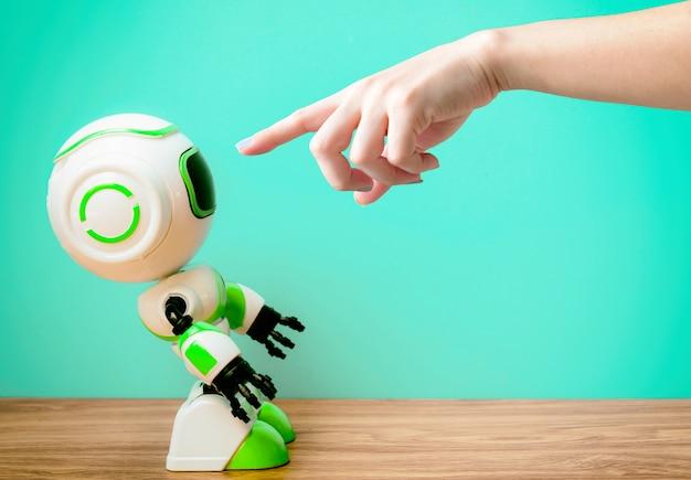 Mano che punta la persona e la tecnologia robotica lavoro di sostituzione umana