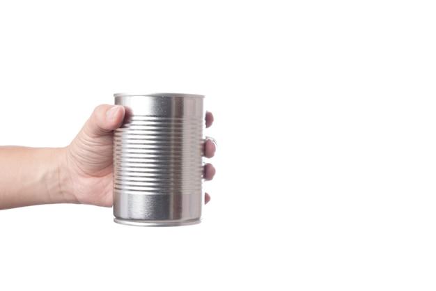 Mano che regge barattolo di latta o acciaio in alluminio per alimenti