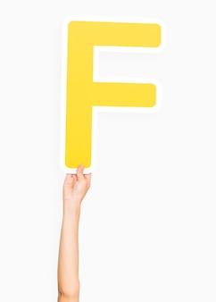 Mano che regge la lettera f