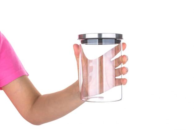 Mano che regge un vaso di vetro