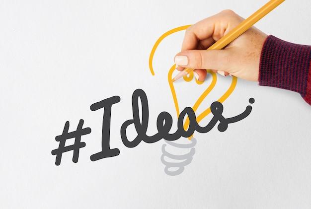 Mano che scrive hashtag idee su un notebook