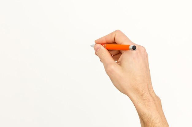 Mano che scrive. la penna maschio della tenuta nera della mano scrive sulla parete isolata su bianco con il percorso di ritaglio