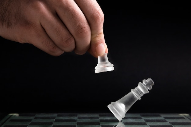 Mano che si muove pezzi di scacchi trasparenti