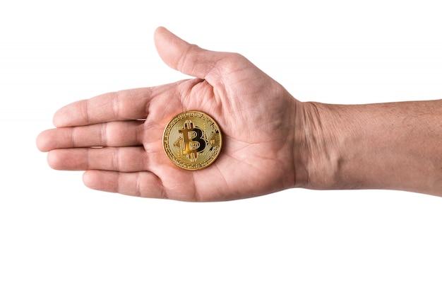 Mano che tiene bitcoin d'oro, moneta soldi virtuali