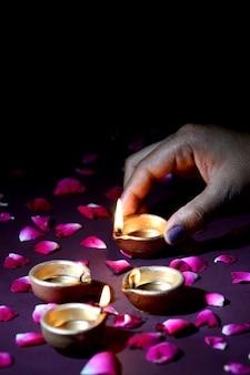 Mano che tiene e organizzare la lanterna (diya) durante il festival delle luci diwali