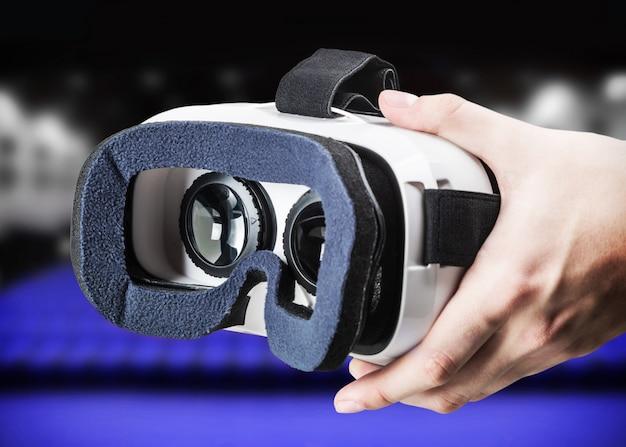 Mano che tiene gli occhiali virtuali