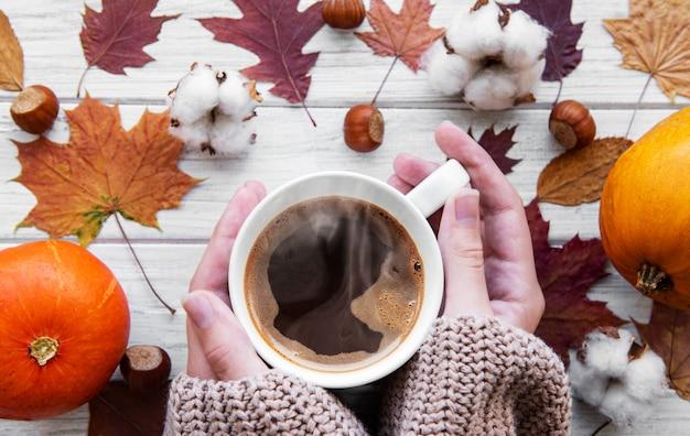 Mano che tiene il caffè caldo