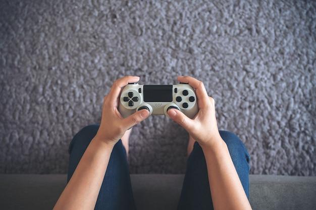 Mano che tiene il controller di gioco