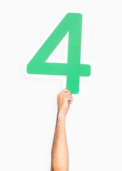 Mano che tiene il numero 4