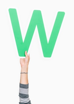 Mano che tiene il segno della lettera w.