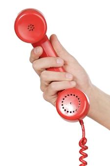 Mano che tiene il telefono rosso su sfondo bianco