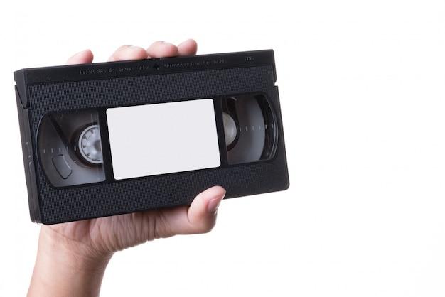 Mano che tiene il vecchio videoregistratore vhs analogico