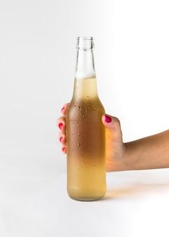 Mano che tiene la bottiglia di birra