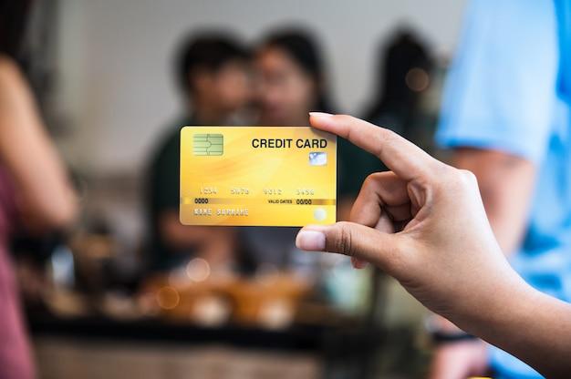 Mano che tiene la carta di credito, concetto senza contanti