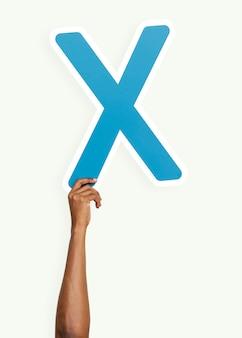 Mano che tiene la lettera x