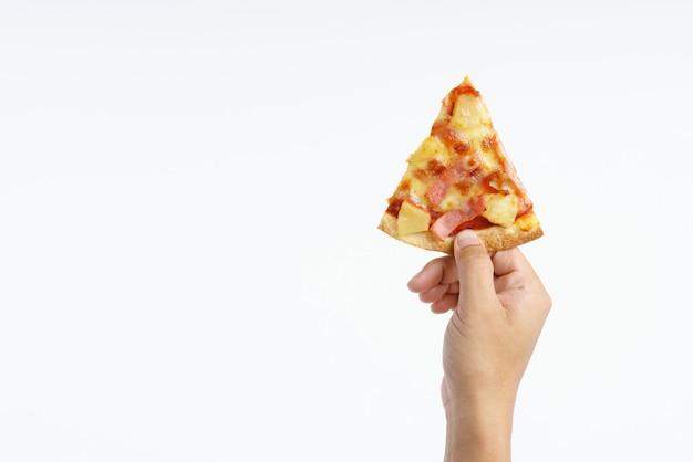 Mano che tiene la pizza hawaiana