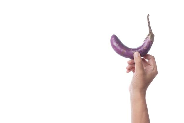 Mano che tiene la vecchia melanzana viola come simbolo di disfunzione sessuale