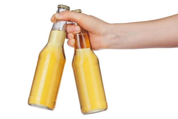 Mano che tiene una bottiglia di birra