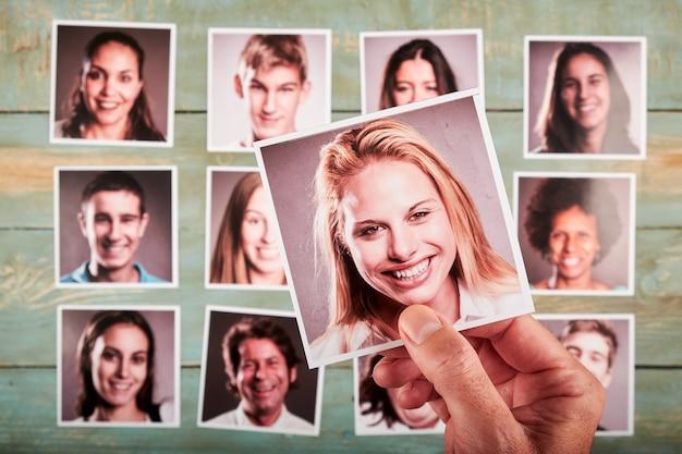 Mano che tiene una foto. concetto di reclutamento. messa a fuoco selettiva.