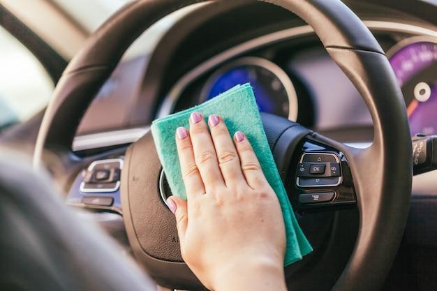 Mano con auto pulizia panno in microfibra