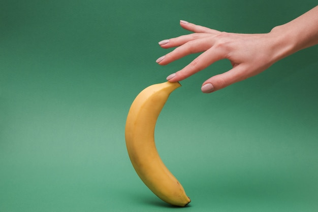 Mano con banana fresca