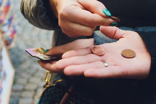 Mano con monete nel palmo.