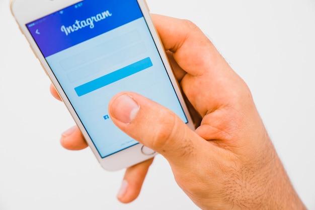 Mano con telefono e instagram app