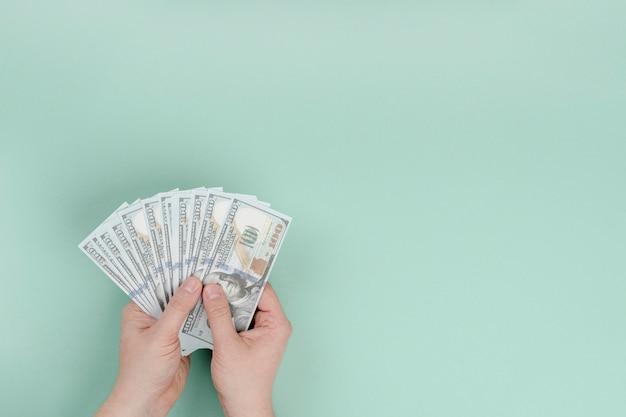 Mano copia-spazio con denaro