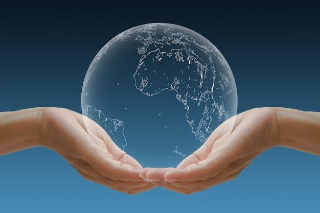 Mano culla il globo concetto per l'ambiente.