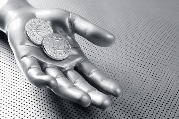 Mano d'argento futuristica della moneta di affari euro