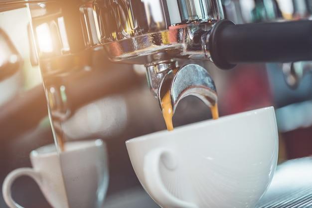 Mano del barista che tiene il caffè manomettere e preparare il caffè
