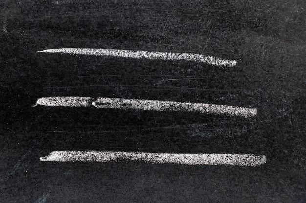 Mano del gesso bianco che assorbe forma di linea sul fondo del bordo nero