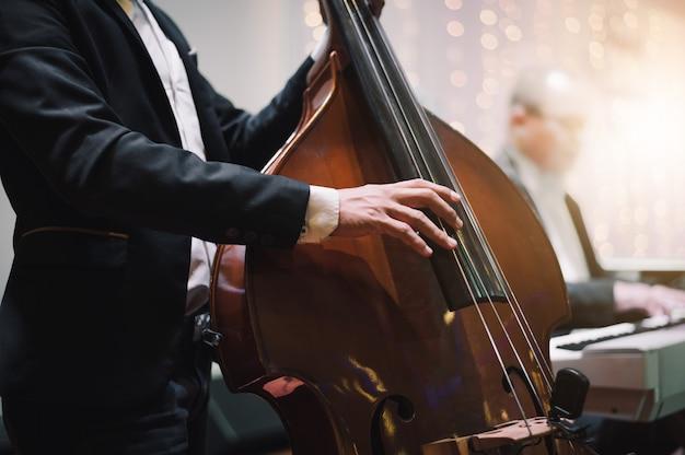 Mano del musicista che suona il violoncello