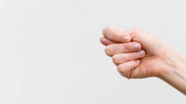Mano del primo piano che comunica attraverso il linguaggio dei segni