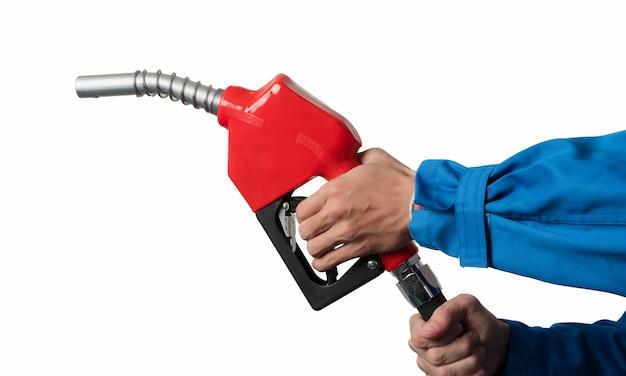 Mano del primo piano che tiene l'ugello diesel dell'olio per l'erogatore del carburante gasohol 91.